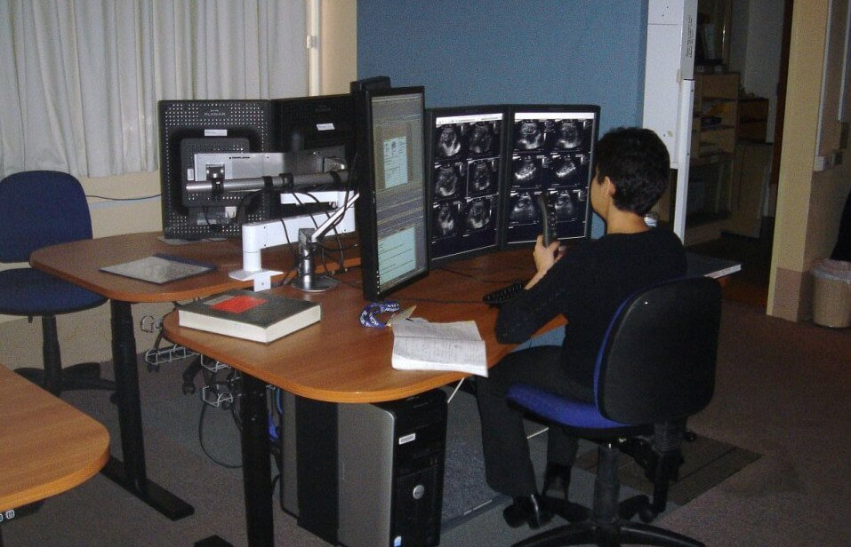 radiologists-standing-desk-Ergomotion